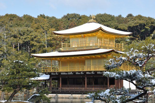 雪化粧した京都金閣寺
