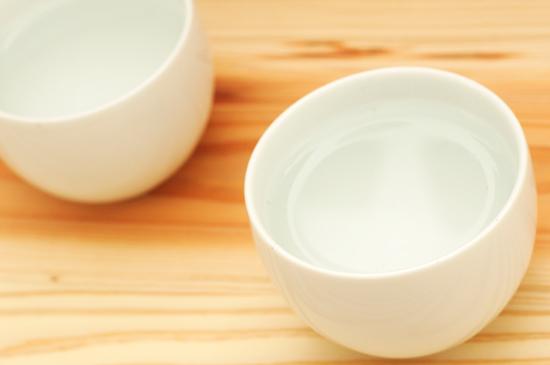 湯のみに熱湯を注ぎます。