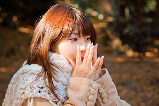 手を温める女の子