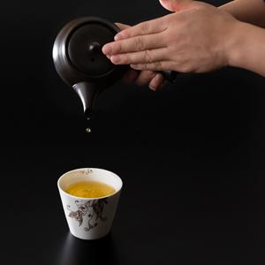 《京都観光》夜の紅葉に魅せられた後は、上品なお茶サロンで癒しのひと時をおすごしください。